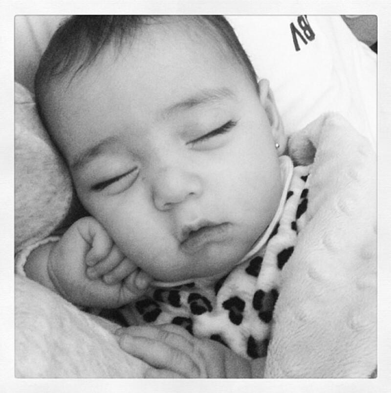 Su orgullosa mamá captó el momento en que su hija se quedó profundamente dormida, ¿será que estaba cansada por su fiesta de bautizo?