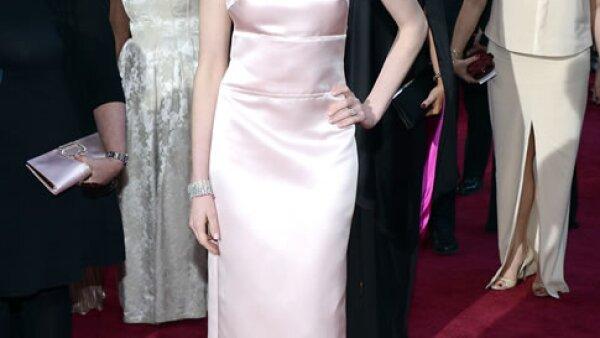 Anne Hathaway causó controversia al remplazar un vestido Valentino por uno de Prada en los Oscar 2013.