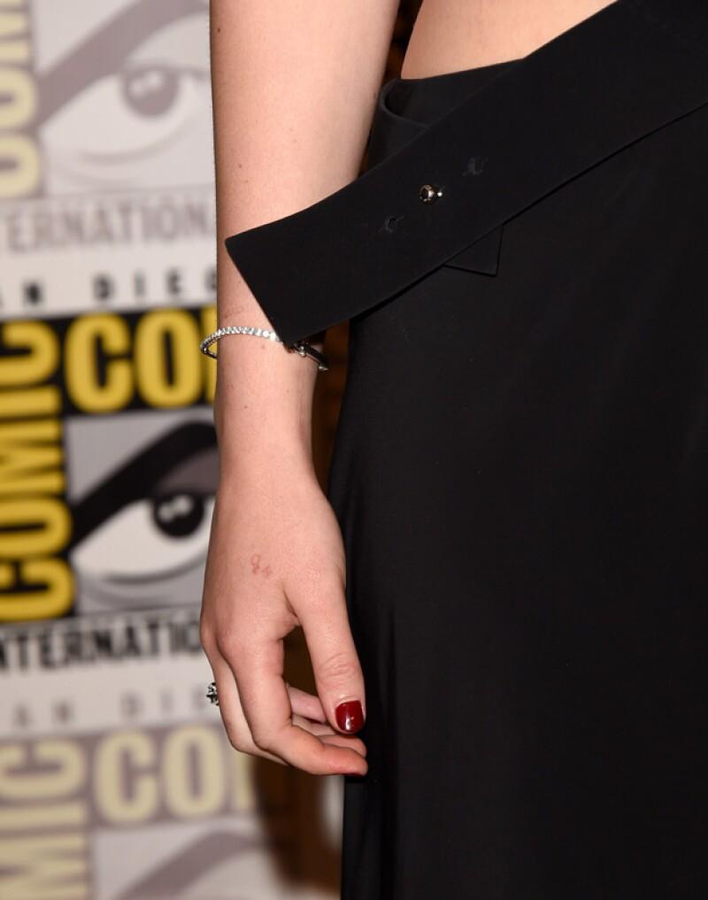 """La protagonista de """"Los Juegos del Hambre"""" tomó de la mejor manera su fallido tatuaje, el cual hizo a la par de la familia de Liam Hemsworth."""
