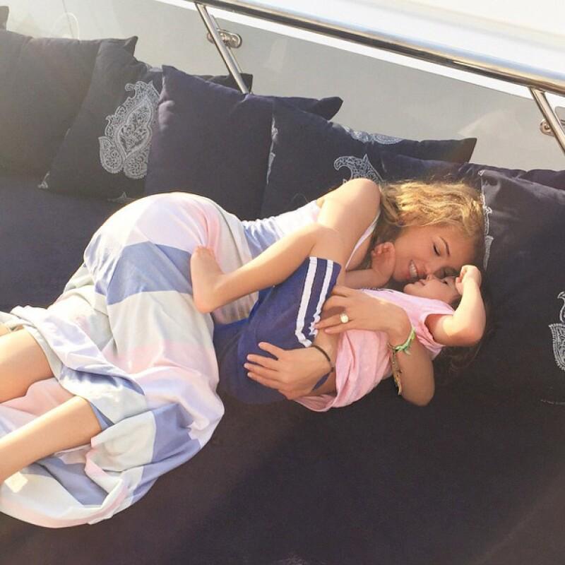 La cantante publicó las más tiernas fotografías en las que aparecen tanto con Sabrina, como con Matthew, durante sus vacaciones en familia por Europa.