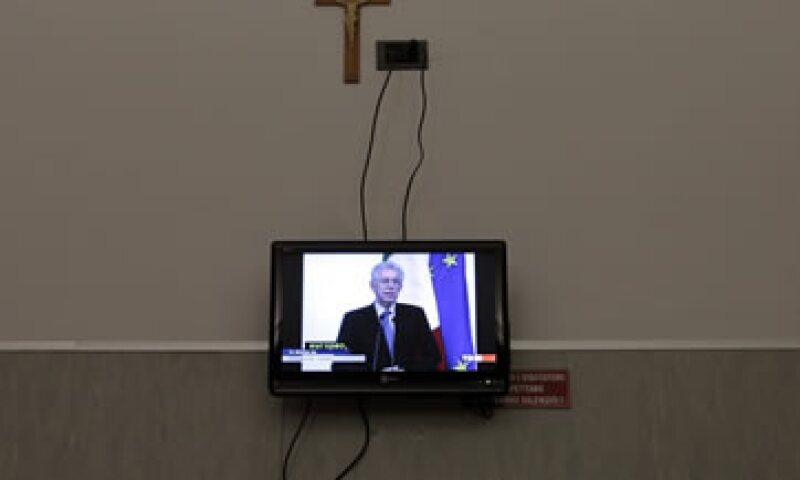 El primer ministro Mario Monti (en la pantalla) dijo que el objetivo de las medidas es despertar a la economía italiana. (Foto: Reuters)