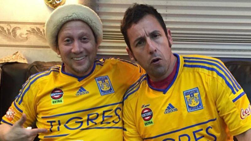 Los actores compartieron una fotografía en Twitter portando la camiseta del equipo de futbol de Nuevo León.