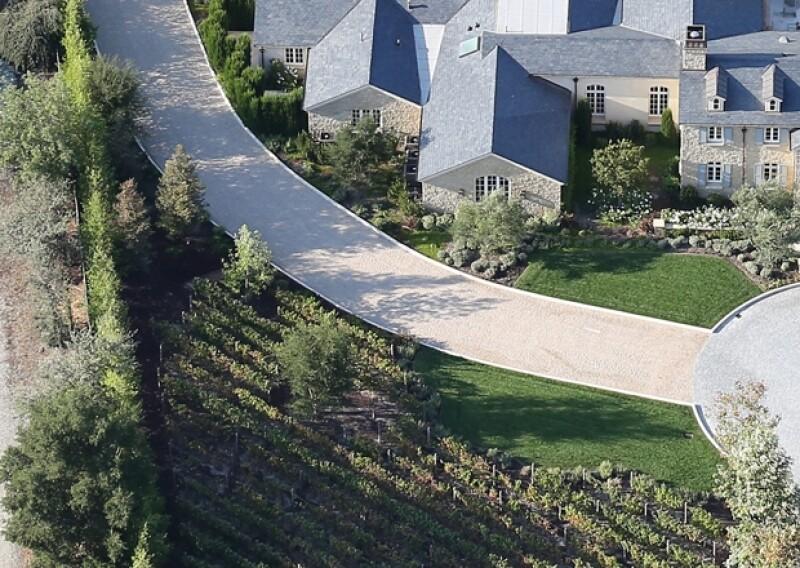 La mansión soñada de Kim tiene viñedos a la entrada, así como un camino de cuento de hadas.