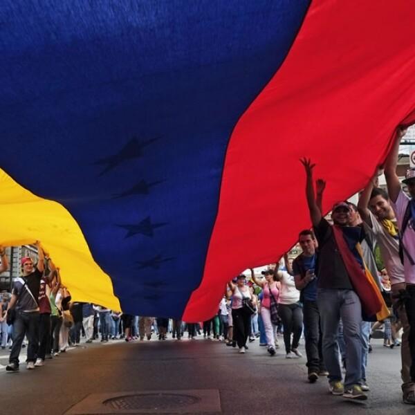 Cientos de personas acompañaron este domingo a políticos opositores y estudiantes venezolanos en la marcha