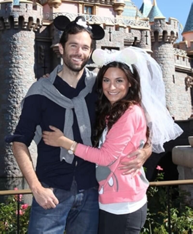Alejandro y Ana Brenda estuvieron en Disney a finales de septiembre y posaron con orejas de Mickey y Minnie disfrazados de novios.