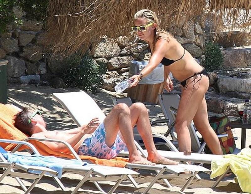 A tan sólo once meses de haber tenido a su segundo hijo, la actriz viajó con su pareja Matt Bellamy a las islas griegas donde se dejo ver en bikini.