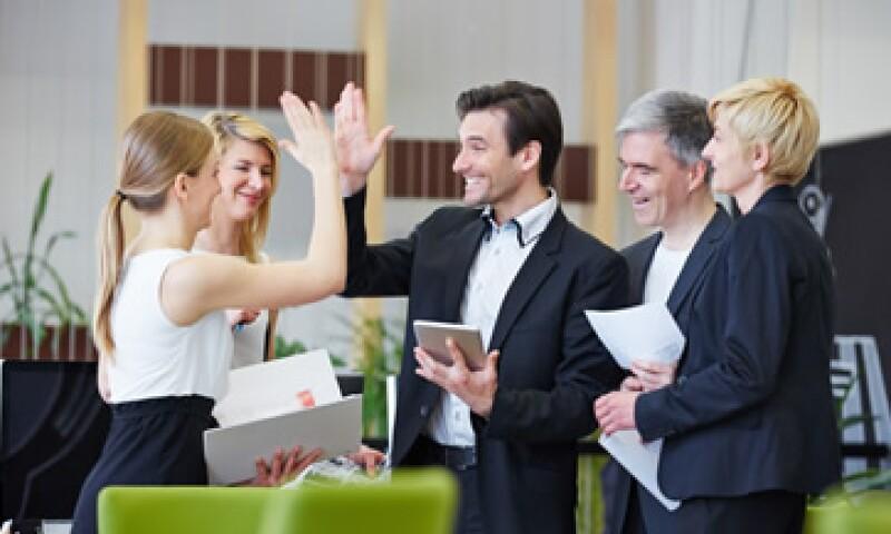 No basta con hacer reuniones semanales, sino tener un contacto directo con cada uno de los trabajadores. (Foto: Shutterstock )