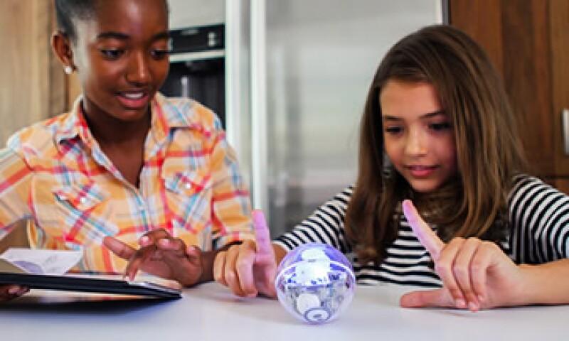 Los robots Sphero pueden facilitar las situaciones donde los niños están descubriendo y aprendiendo al mismo tiempo. (Foto: CNNMoney.com )