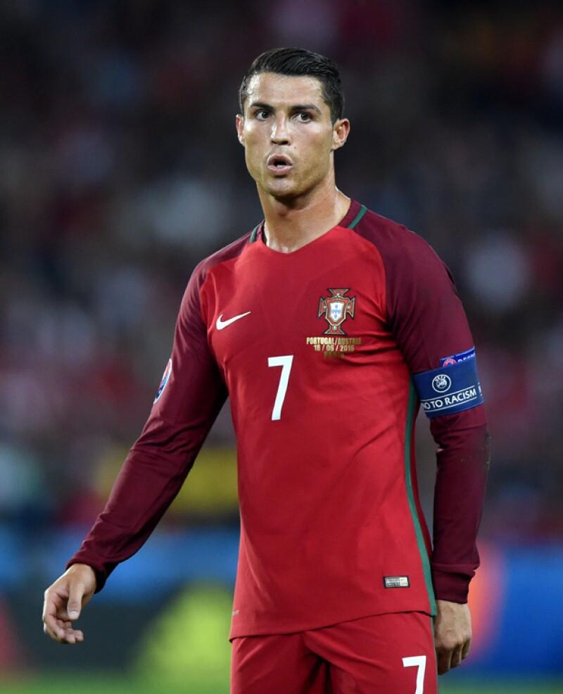 Parece que el futbolista no estaba del mejor humor, tal vez por la presión que tienen sobre sus hombros por la Eurocopa, y un reportero de Manhä TV sufrió las consecuencias.