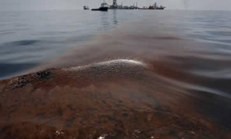 El desastre en la plataforma dejó 11 muertos y enormes extensiones de mar y costa cubiertas de crudo. (Foto: Reuters)