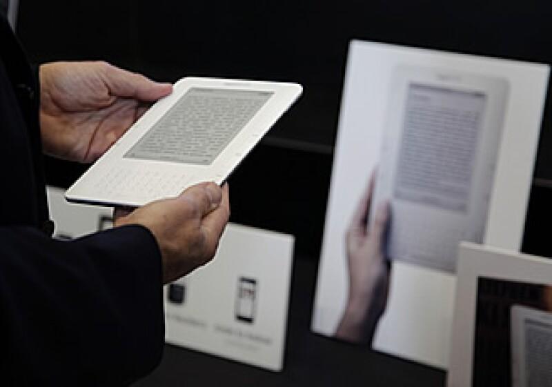 Amazon presentó en el 2007 el Kindle y vende la mayoría de sus libros electrónicos por menos de 9.99 dólares. (Foto: AP)