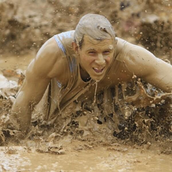 un hombre se arrastra en el lodo