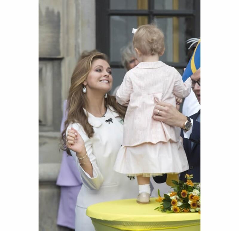 Magdalena es una tía muy cariñosa; aquí con su sobrina la princesita Estelle, que un día será reina.