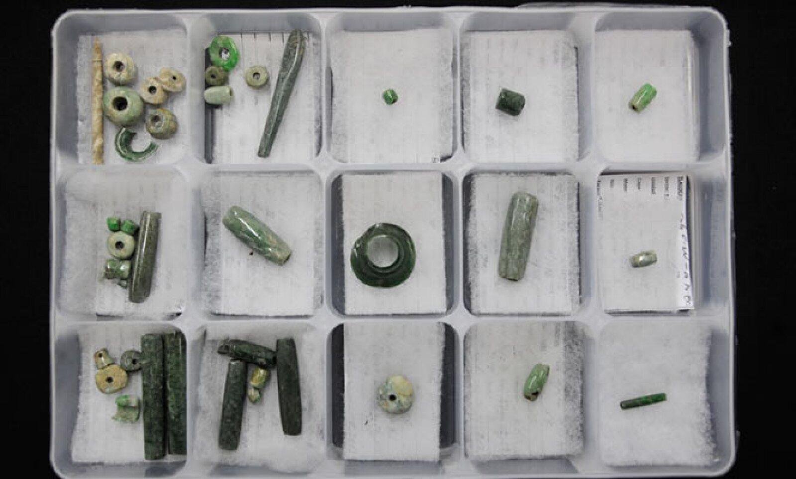En la ofrenda se encontraron cuentas y orejeras de hade y piedra verde.