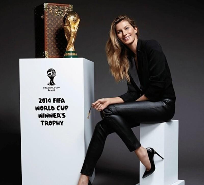 La modelo brasileña mostró su orgullo por formar parte de la mayor fiesta del futbol en su país natal.