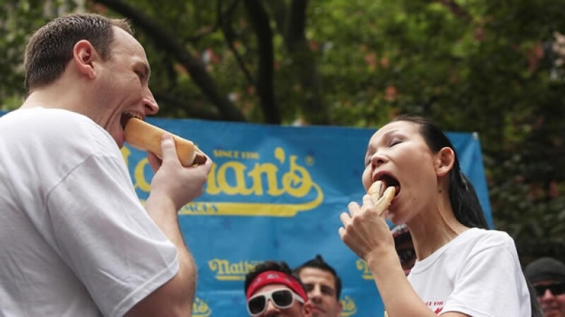 concurso para comer hot dogs