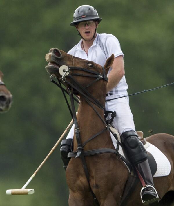 Harry es un as montando a caballo.