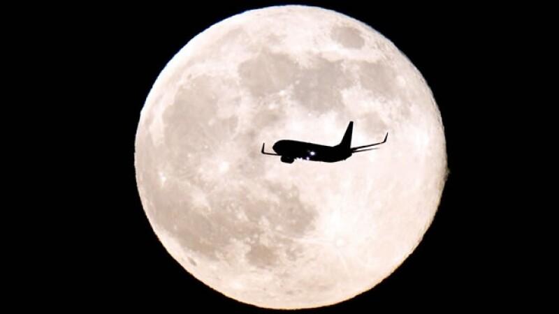 Avión y Luna