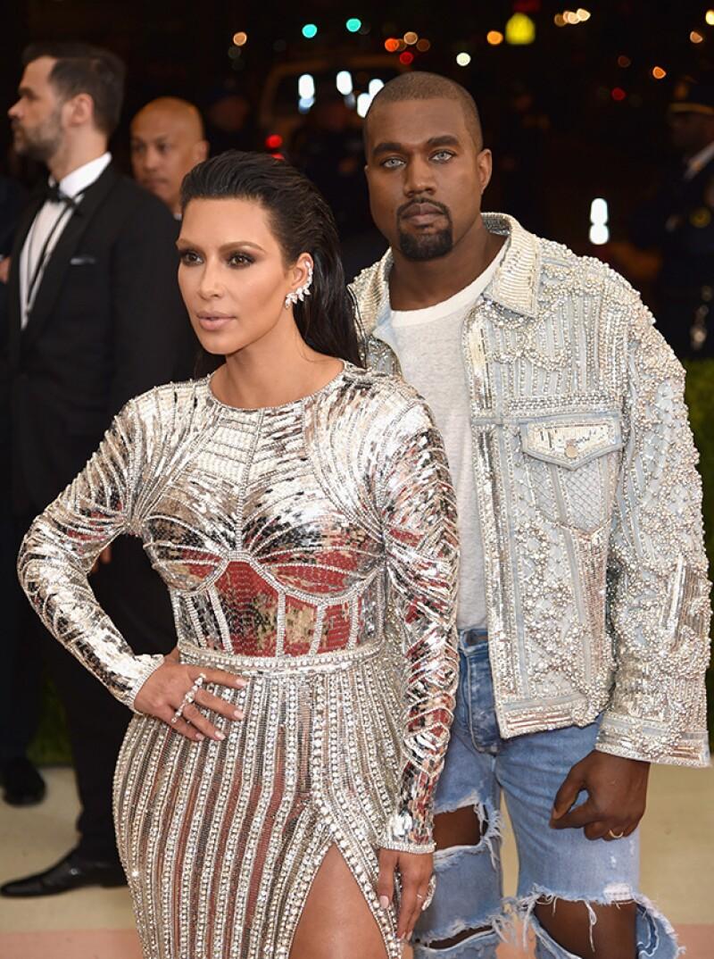 La pareja robó miradas con sus looks futuristas.