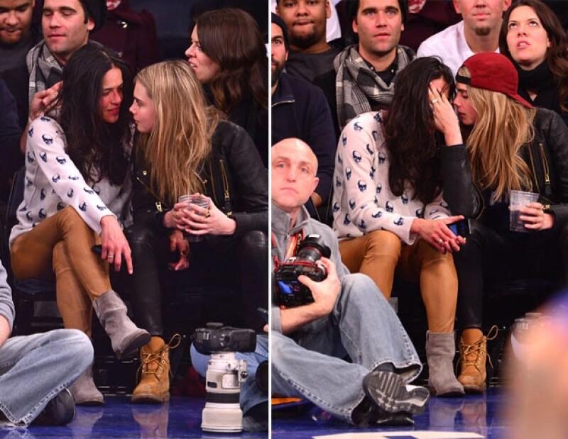 Cara y Michelle actuaron de manera muy coqueta durante el partido de basquetbol.