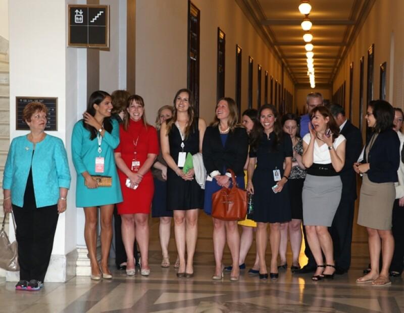 Varias invitadas aguardaban emocionadas por la llegada del Príncipe de 28 años al Capitolio.