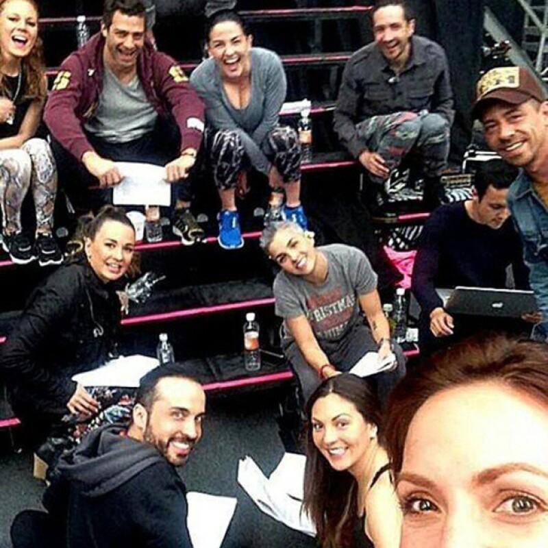 Los integrantes de los icónicos grupos de pop posaron para una selfie durante el ensayo general de sus conciertos que inician este mes.