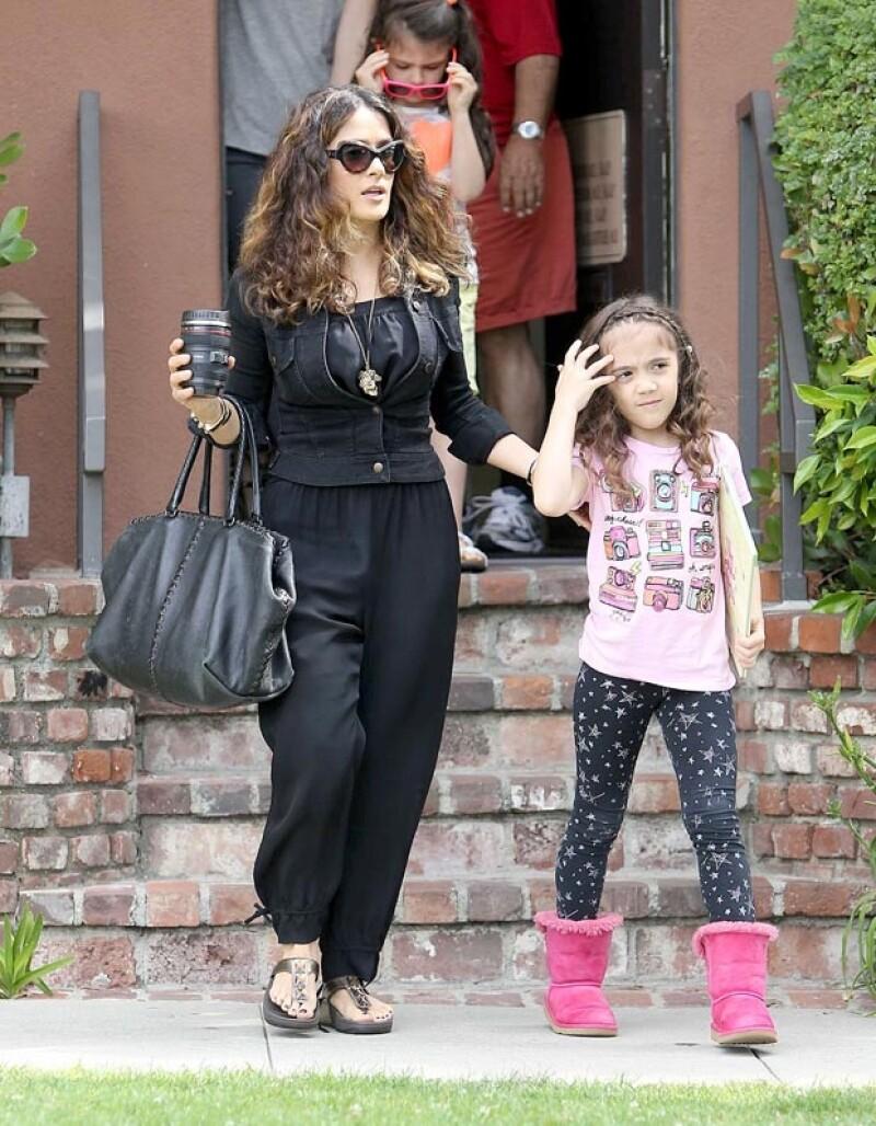 La hija de seis años de la actriz mexicana posee rasgos físicos similares a los de su papá, François-Henri Pinault, sin embargo, luce una melena como la de su famosa mamá.