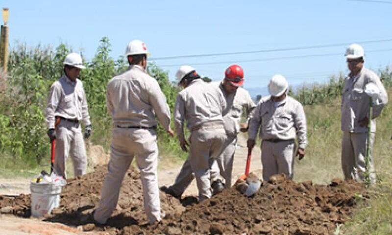 Personal especializado del Sector Ductos Mendoza de Pemex Refinación acudió a las zonas afectadas para realizar los trabajos de reparación. (Foto: Notimex)