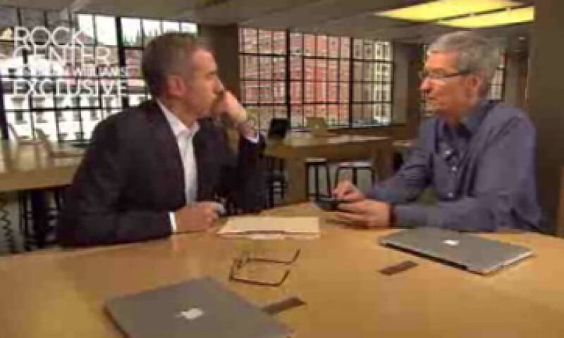 Tim Cook dio el anuncio en entrevista con Brian Williams del programa Rock Center.  (Foto: Cortesía Fortune)