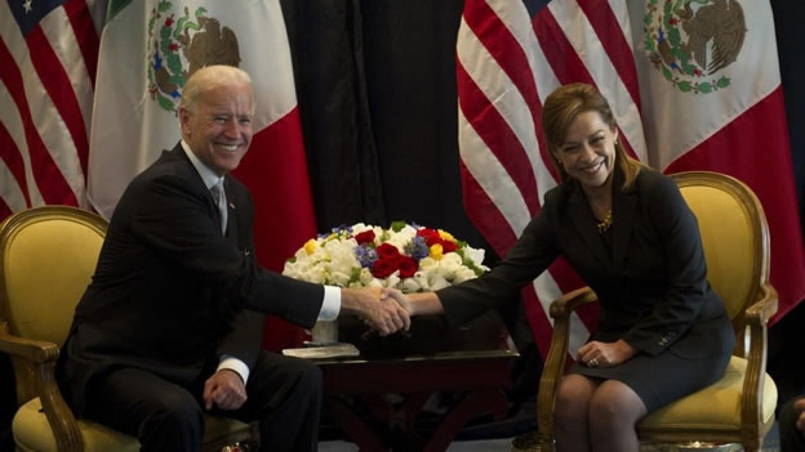 Joe Biden saluda a Josefina Vazquez Mota