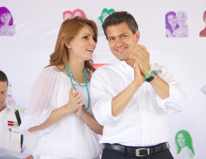 Aquí el candidato con su esposa.