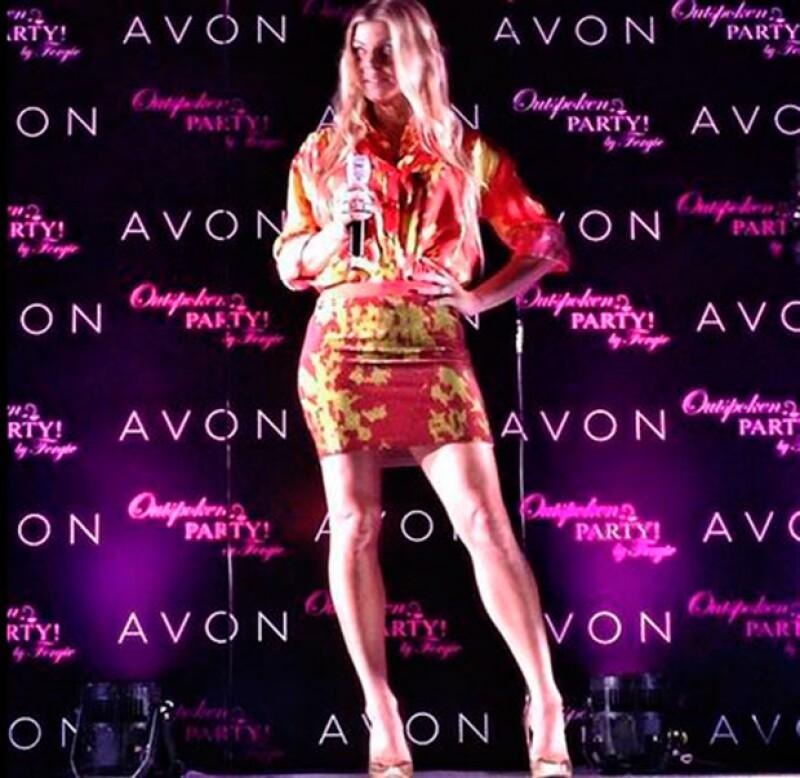 La cantante fue invitada por una marca de cosméticos a un antro de Polanco, donde se mostró complaciente y muy sexy frente a sus fans.
