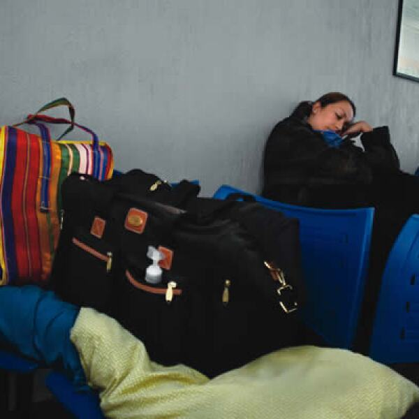 Siete meses después del primer brote de influenza, los mexicanos infectados suman 63,386. Fabiola Manjarás se instala en la sala de espera mientras su esposo Gabriel González es tratado por su estado grave.