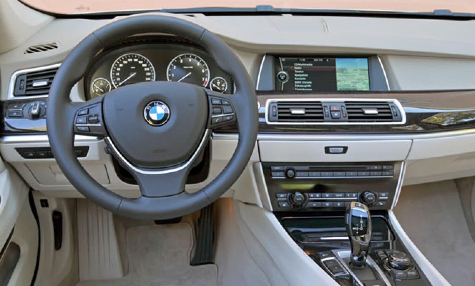 También cuenta con sistema de audio, conexión AUX-In, interfaz bluetooth y manual de instrucciones memorizado.