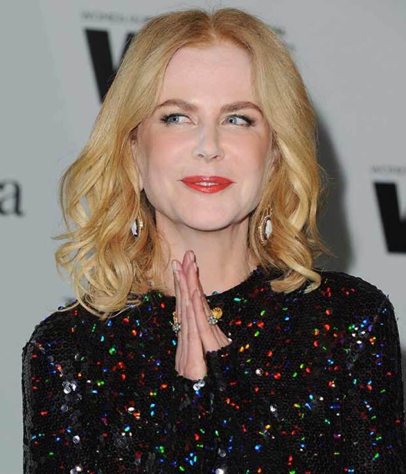 La australiana pareció no darse cuenta del notorio exceso de polvo traslúcido que opacó su maquillaje, a su paso por la red carpet de los Crystal & Lucy Awards.