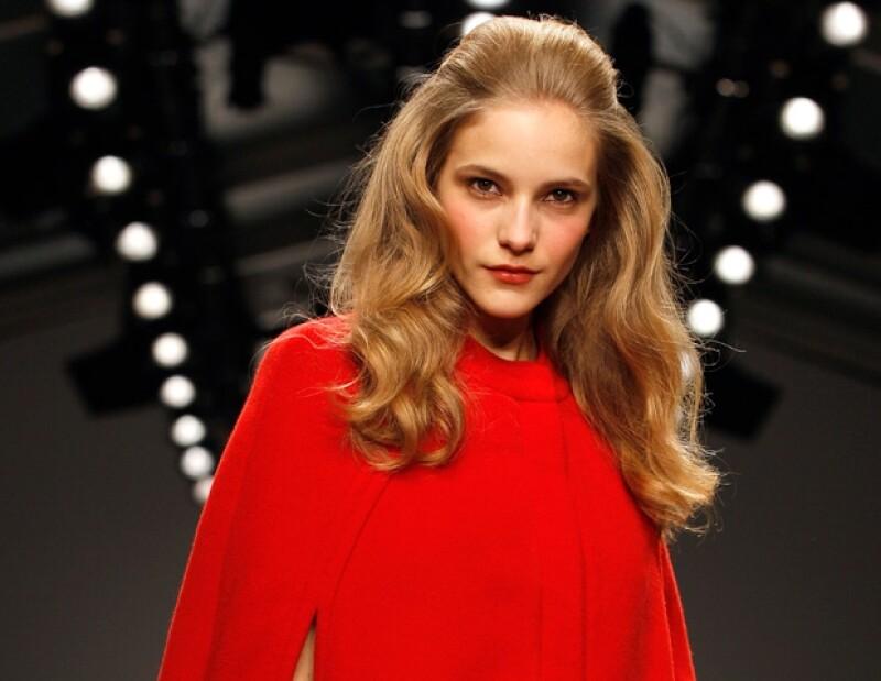 Una modelo muestra una creación de la diseñadora Issa London durante la Semana de la Moda en Londres.