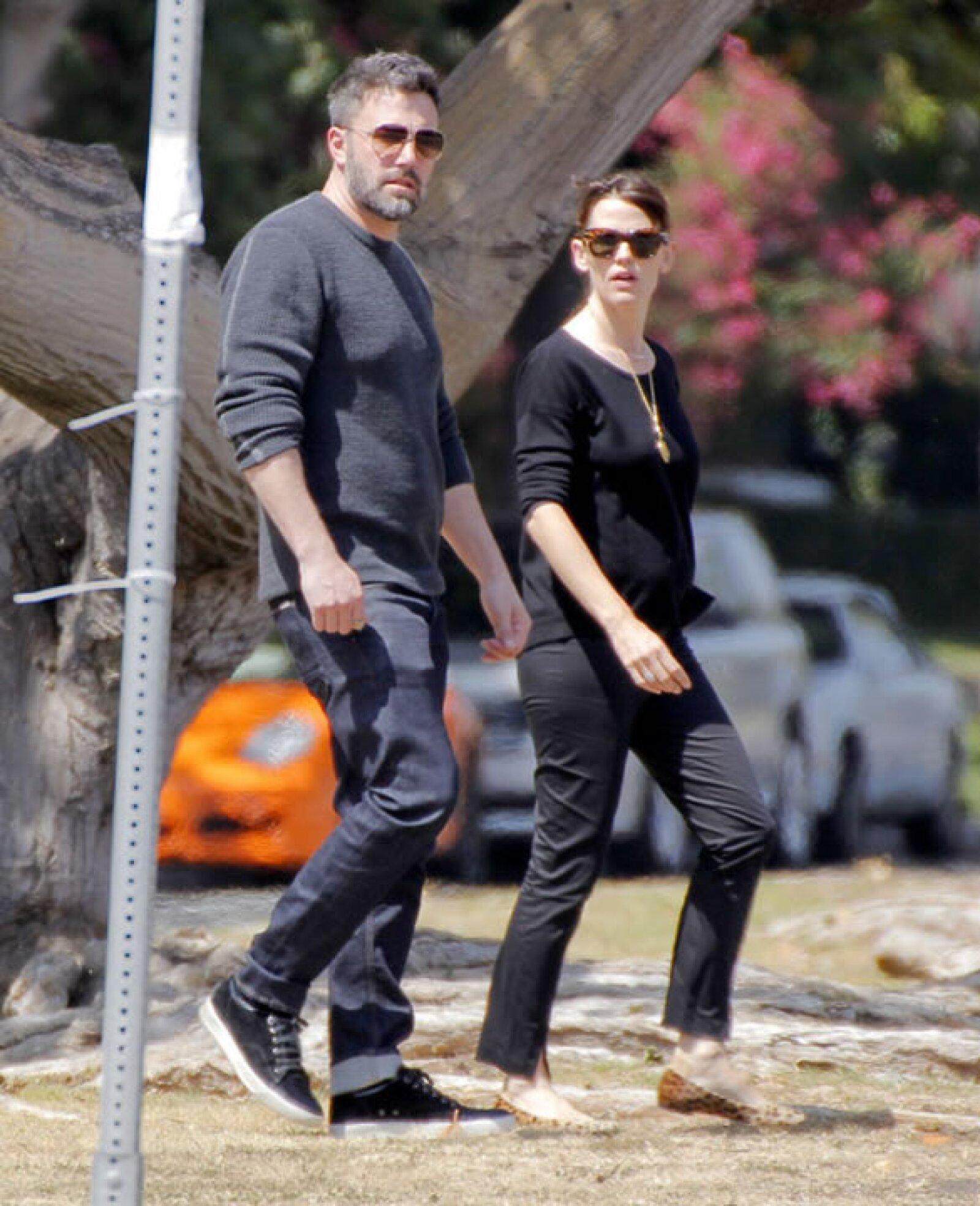Después de los rumores sobre su separación, la entonces pareja decidió salir a pasear junta, pero ya no se le veía tan enamorada como antes.
