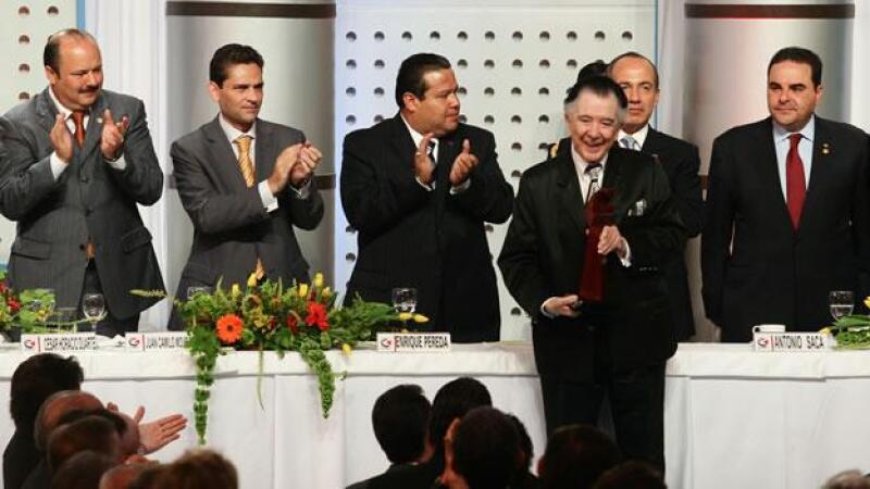 Roberto Cantoral recibe un premio