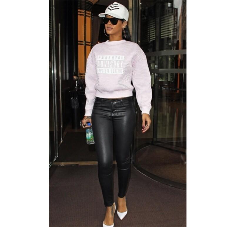 En un diseño distinto pero también de Wang, Rihanna caminó con este look por las calles de Londres.