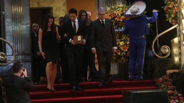 El hijo de Juan Gabriel, Iván, fue el encargado de llevar las cenizas del cantante.