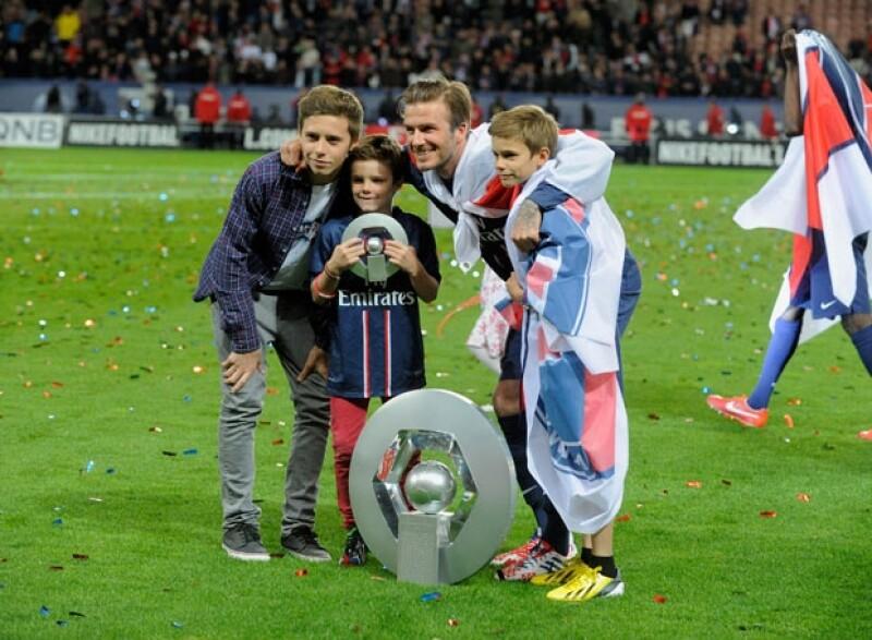 Brooklyn, Cruz y Romeo apoyando a su papá en un partido de futbol en Francia.