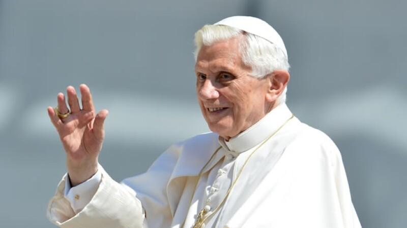 El Papa Benedicto saluda en el Vaticano