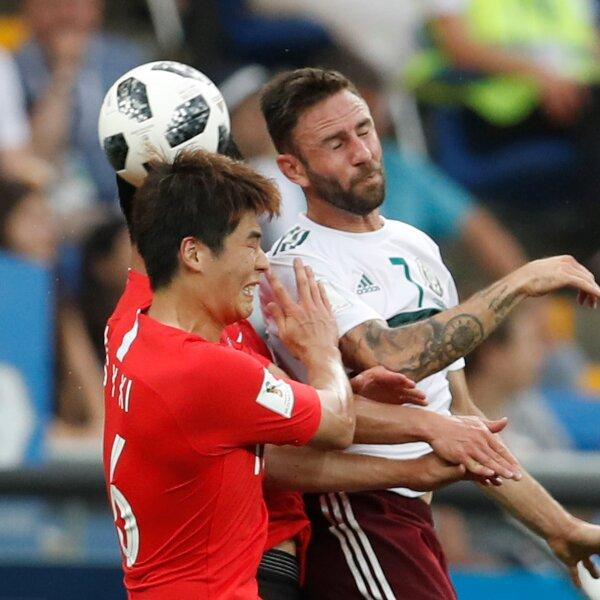 Cuadros de la acción: Miguel Layún busca el balón