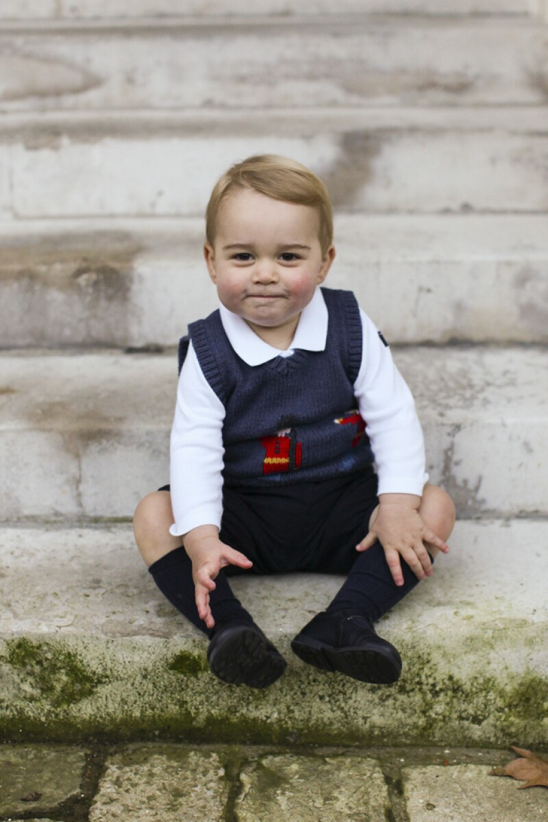 Así ha crecido el más consentido de la realeza británica. Hoy William y Kate de Cambridge dieron a conocer tres adorables fotos oficiales de su primogénito.