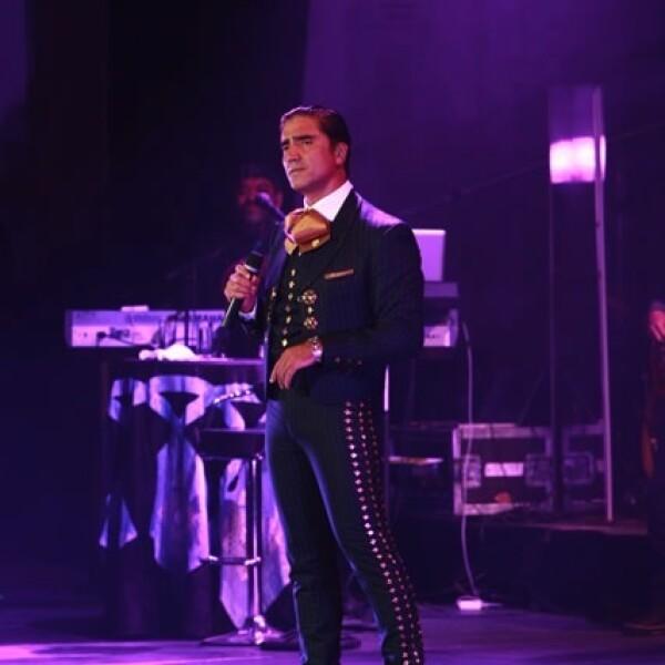 """Fernández interpretó canciones como: """"Se me Va la Voz"""", """"Estuve"""", """"El Rey"""" y """"Mátalas""""."""