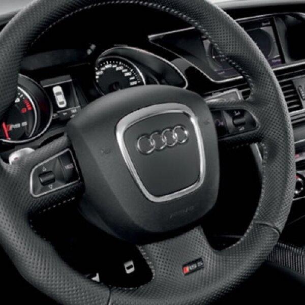 El volante tiene un fuerte anillo que está cubierto en cuero perforado. Este deportivo incorpora el sistema Audi drive estándar, que selecciona la dinámica de conducción en tres modos: confort, automático y dinámico.