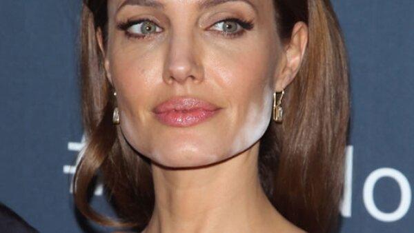 Angelina Jolie- Corrector mal puesto en cara y cuello !OMG!