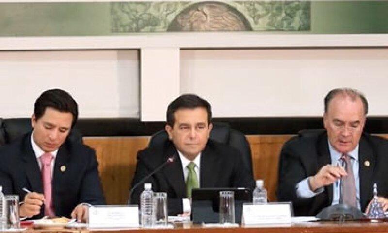 El titular de la Secretaría de Economía (centro) dijo que pese a la volatilidad financiera, México tiene resultados positivos (Foto: Twitter/Cámara de Diputados )