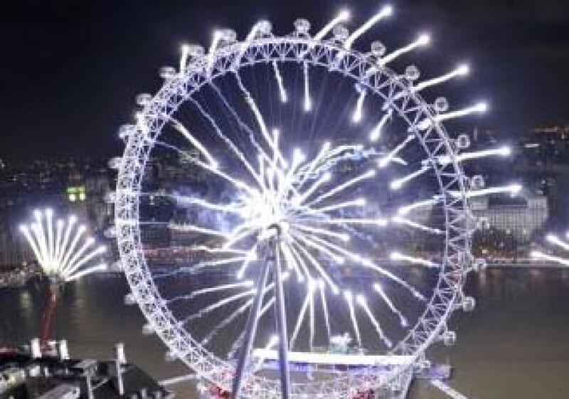 Londrés recibió el año 2010 con fuegos pirotécnicos en el London Eye. (Foto: Reuters)