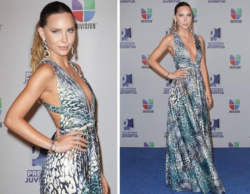 La dos cantantes sobresalieron por su fresco estilo en la entrega de los Premios Juventud, realizada en Miami.